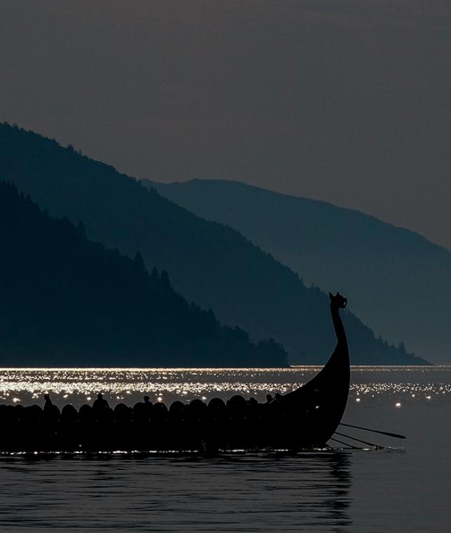 Barco a remo em um lago